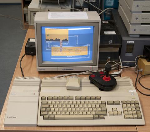 077edec7ea7 Enamus muuseumieksponaate on ka täiesti töökorras (nagu ülaloleval pildil  töötav arvuti koos omaaegsete rakendustega), näitab muuseumi juhataja ja  lülitab ...