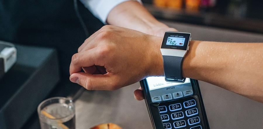 Nüüd saavad Swedbanki kliendid teha nutikellamakseid Fitbiti ja Garmini kelladega